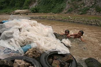 Limpiando plásticos en el rio, Copi River, Jogyakarta, Indonesia
