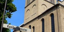 Fachada de iglesia con señalización y farola, Colonia, Alemania