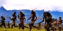 Guerreros corriendo y simulando una batalla, Irian Jaya, Indones