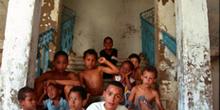Grupo sentando en casa abandonada, favelas de Sao Paulo, Brasil