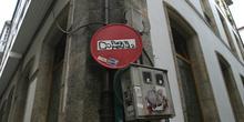 Pintada en una señal, Santiago de Compostela, La Coruña, Galicia