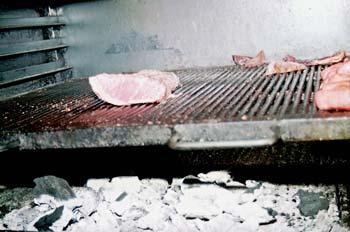 Asando carne en cocina industrial