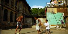 Partido de fútbol, favelas de Sao Paulo, Brasil