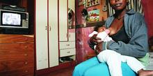 Mujer amamantando, Favela Horiazonte Azul, Sao Paulo, Brasil