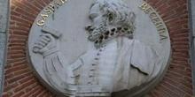 Medallón del pintor y escultor Gaspar Becerra
