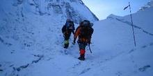 Escaladores subiendo una pendiente de nieve