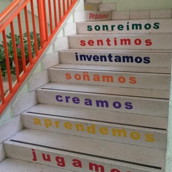 Escalera edificio primaria.