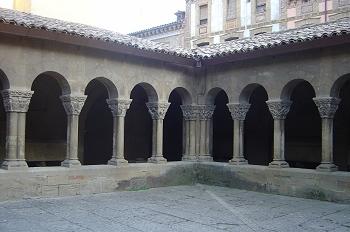 Vista de una esquina del claustro, Huesca