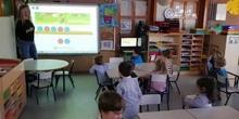 Los Buhos de Infantil 3 años disfrutan con la pizarra digital_CEIP FDLR_Las Rozas