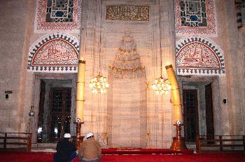 Personas rezando en una mezquita, Estambul, Turquía