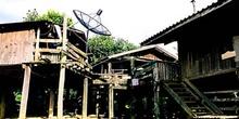 Casa de madera con parabólica, Tailandia