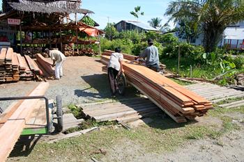 Almacén de madera, Melaboh, Sumatra, Indonesia
