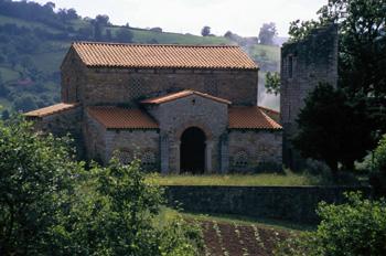 Vista desde el noroeste de la iglesia de Santa María de Bendones