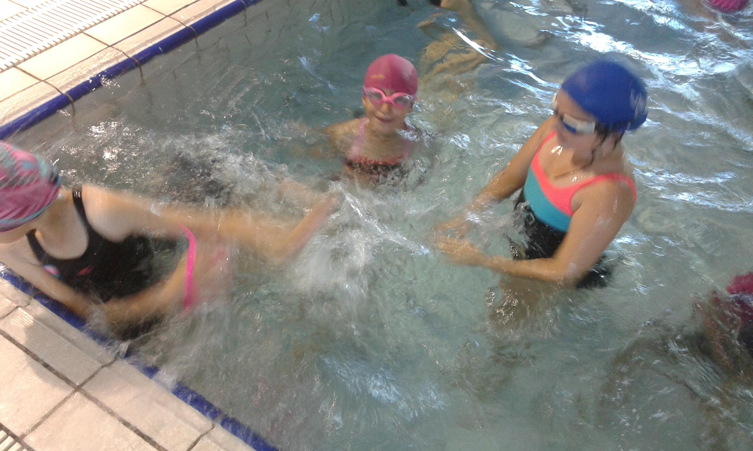 jugamos en la piscina 7