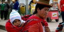 Mujer peruana con su niño a cuestas, Perú