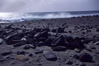 Rocas de distintos colores en la playa, Canarias