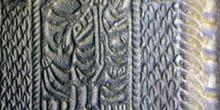 Detalle superior de la jamba de la iglesia de San Miguel de Lill