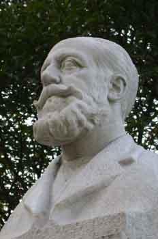 Monumento al pediátra Don Manuel Tolosa Latour