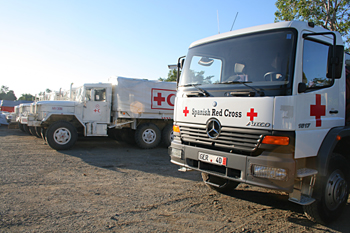 Camiones de Cruz Roja, Melaboh, Sumatra, Indonesia