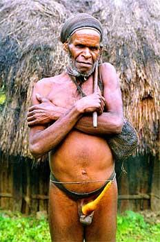 Anciano lani con hacha de sílex y bolsa de viaje, Irian Jaya, In