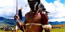 Hombre armado con lanza y arco, Irian Jaya, Indonesia