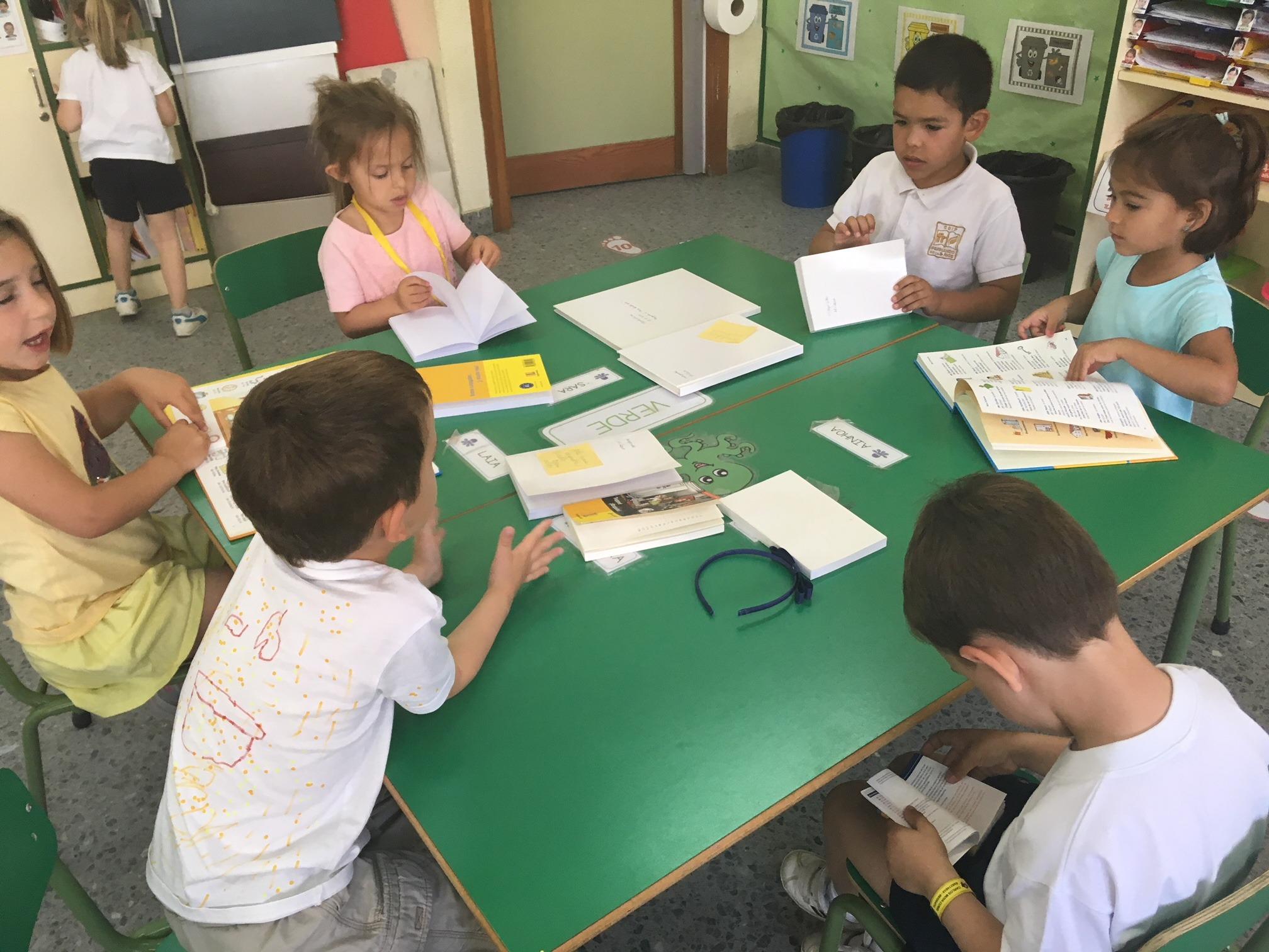 2018_06_25_Los pulpos disfrutan de un taller de libros 12