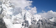 Acercamiento de montaña rocosa con glaciar