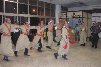Hombres ejecutando un baile tradicional, Jordania