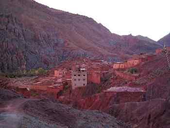 Construcciones de piedra roja en la Garganta de Todra, Marruecos
