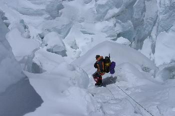 Escalando sobre la cascada de hielo del Khumbu