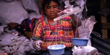 Vendedora con báscula rudimentaria en el mercado de Antigua, Gua