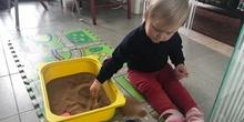 Chloe haciendo actividades en casa 4