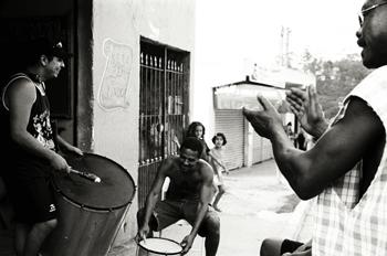 Tocando samba, favelas de Sao Paulo, Brasil