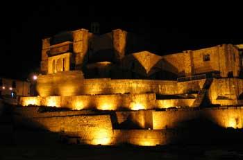 Vista nocturna del palacio Coricancha en Cuzco, Perú