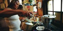 Mujer preparando café, favelas de Sao Paulo, Brasil