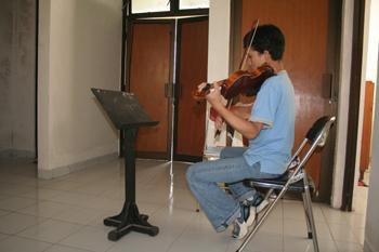 Ensayando música clásica, Instituto de Bellas Artes, Jogyakarta,