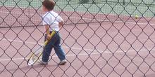 Niño practicando tenis