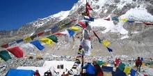 Puja: montículo de piedra, poste y banderas de oración