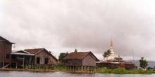 Pagoda y poblado en el Lago Inle, Myanmar