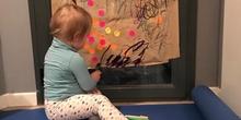 Chloe haciendo actividades en casa 11