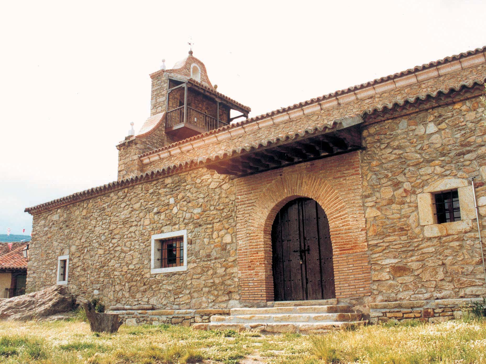Vista lateral de iglesia en Horcajuelo