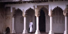 Sadhu en un pórtico del Fuerte Rojo, Agra, India