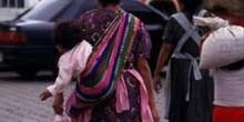 Mujer con niño a la espalda de regreso del mercado de Antigua, G