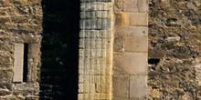 Contrafuerte decorado de la iglesia de San Miguel de Lillo, Ovie