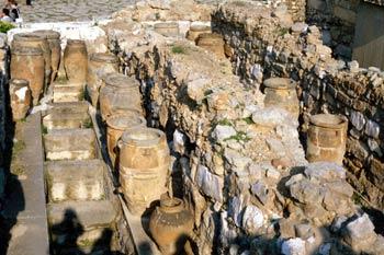 Vasijas de barro en los almacenes del Palacio de Cnosos, Creta