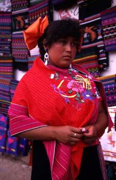 Mujer con la vestimenta tradicional en Zinacantán, México