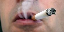 Detalle de un hombre fumando un cigarrillo