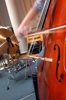 Tocar el violonchelo