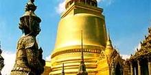Detalle de stupa dorada y esculturas, Bangkok, Tailandia