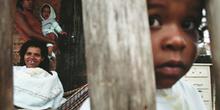 Niño delante de la puerta de su chabola, favelas de Sao Paulo, B